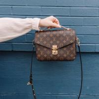 Сумка Louis Vuitton Pochette metis через плечо коричневая